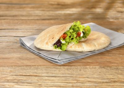 Pain pitta avec filet dinde poulet, olives, salade et tomate - Pitta house Belgium